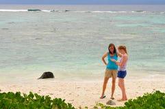 Dos hembras en una playa fotos de archivo libres de regalías