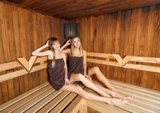 Dos hembras hermosas en sauna Imagen de archivo libre de regalías