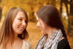 Dos hembras jovenes al aire libre fotos de archivo