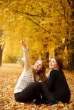 Dos hembras jovenes al aire libre imágenes de archivo libres de regalías