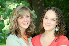 Dos hembras jovenes felices imagen de archivo