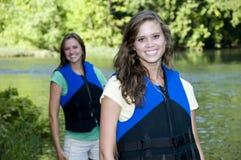 Dos hembras outdoorsy con los chalecos salvavidas Imagen de archivo