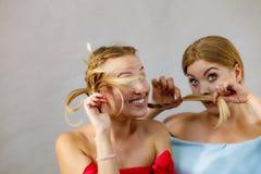 Dos hembras que juegan con el pelo fotos de archivo