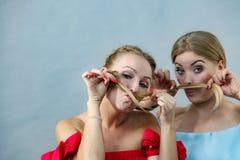 Dos hembras que juegan con el pelo fotografía de archivo