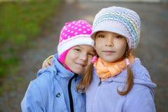 Dos hermana-en el primer imagen de archivo