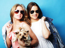 Dos hermanas adolescentes con Yorkshire Terrier Fotografía de archivo