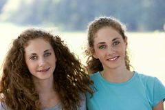 Dos hermanas adolescentes hermosas Foto de archivo libre de regalías