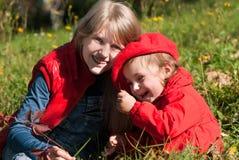 Dos hermanas al aire libre, familia feliz Fotos de archivo libres de regalías