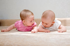 Dos hermanas, bebés gemelos Imagen de archivo
