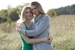 Dos hermanas cariñosas que se confortan Foto de archivo