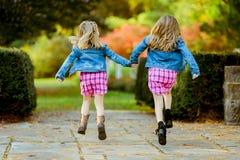 Dos hermanas caucásicas jovenes Foto de archivo