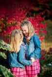 Dos hermanas caucásicas jovenes Fotos de archivo libres de regalías