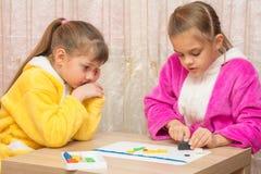 Dos hermanas cinco y siete años juntas moldearon de artes de la arcilla Fotografía de archivo