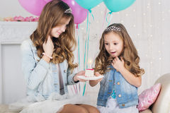 Dos hermanas con la torta de cumpleaños Fotos de archivo