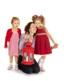 Dos hermanas con sus padres Imágenes de archivo libres de regalías