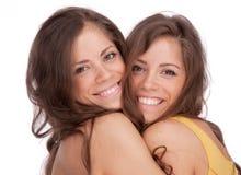 Dos hermanas de las muchachas - GÉMINIS en un fondo blanco Imagenes de archivo