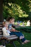 Dos hermanas en el parque Foto de archivo