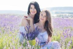 Dos hermanas en un campo de la lavanda Fotografía de archivo