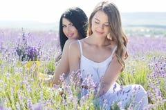 Dos hermanas en un campo de la lavanda Foto de archivo libre de regalías