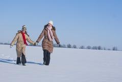 Dos hermanas entran en la nieve Foto de archivo libre de regalías