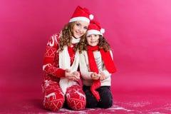 Dos hermanas están llevando la ropa de la Navidad Imagen de archivo libre de regalías