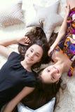 Dos hermanas felices Foto de archivo libre de regalías