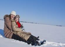 Dos hermanas felices sledding Foto de archivo