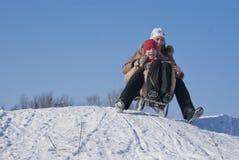 Dos hermanas felices sledding Imágenes de archivo libres de regalías