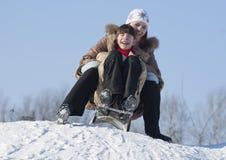 Dos hermanas felices sledding Fotografía de archivo