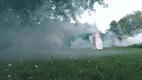 Dos hermanas hacen enemigos en un momento antes de la guerra entre el mal en negro y bueno en el vestido lujoso elegante blanco almacen de video