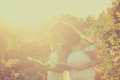Dos hermanas leyeron los libros Imagenes de archivo