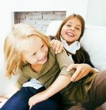 Dos hermanas lindas en casa que juegan Imagen de archivo