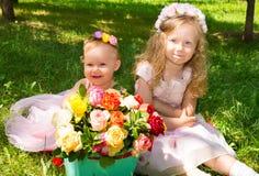 Dos hermanas Muchachas adorables del pequeño niño con el ramo de flores en feliz cumpleaños Foto de archivo libre de regalías
