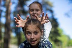 Dos hermanas o amigos de las muchachas que se divierten en el parque Fotos de archivo libres de regalías