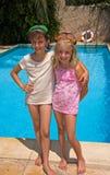Dos hermanas por la piscina Fotografía de archivo libre de regalías