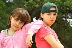 Dos hermanas que cuelgan-hacia fuera junto Imagen de archivo libre de regalías