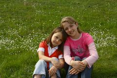 Dos hermanas que disfrutan de la primavera Imagen de archivo libre de regalías