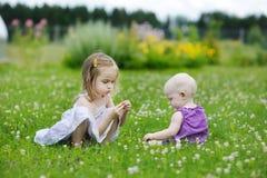 Dos hermanas que juegan afuera Fotografía de archivo libre de regalías