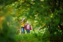 Dos hermanas que juegan afuera en un día del otoño Foto de archivo