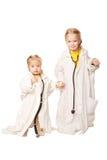 Dos hermanas que juegan como doctores. Imagenes de archivo