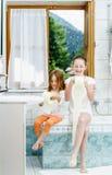 Dos hermanas que juegan con el rollo del papel higiénico Fotografía de archivo libre de regalías
