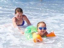 Dos hermanas que juegan en el mar, Niza Fotos de archivo