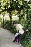 Dos hermanas que juegan en un jardín Fotografía de archivo libre de regalías