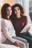 Dos hermanas que miran igualmente que pasan fin de semana junto fotografía de archivo