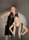 Dos hermanas que presentan en estudio Foto de archivo libre de regalías