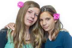 Dos hermanas que se abrazan Foto de archivo libre de regalías