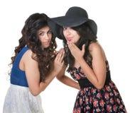 Dos hermanas que se colocan cercanas Imagen de archivo libre de regalías