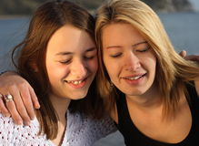 Dos hermanas que se divierten. Imagen de archivo