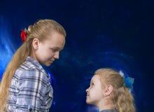 Dos hermanas que se miran Foto de archivo libre de regalías
