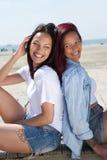 Dos hermanas que sonríen junto al aire libre Foto de archivo libre de regalías